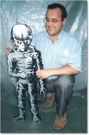 Maurício José Kaczmarech ao lado do boneco de isopor